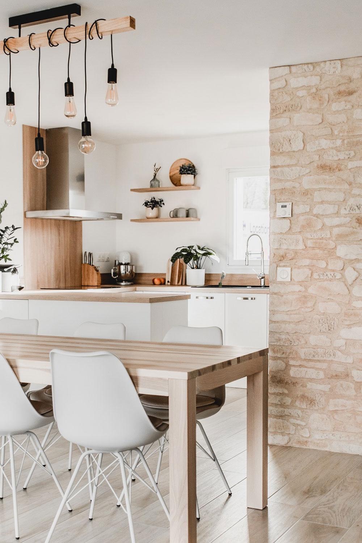 Cuisine  des murs en pierre pour une atmosphère chaleureuse   ORSOL